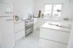 Weiße Küche * Küche ohne Griffe * Smeg Kühlschrank * Weißer Smeg * Smeg Herd * Keramikarbeitsplatte von Lechner * Interiorblogger