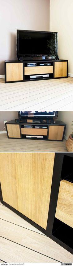 Meuble TV par Ebhen - Création et élaboration d'un meuble télévision bas. Mélange de valchromat laqué noir et chêne vernis naturel. Portes et tiroirs sans poignées. Ouverture par pression.