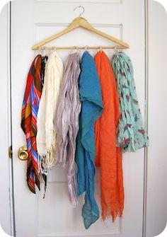 Un cintre, des anneaux de rideau de douche et voilà une façon bien pratique de ranger ses écharpes !