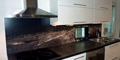 Keittiön välitila jolla luot yksilöllisen tunnelman koko keittiöön. Välitilan levy joka on helppo pitää puhtaana ja näyttää upealta. | Decotek