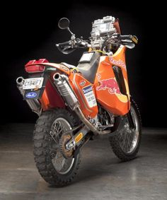 KTM have won the motorcycle class of the Paris-Dakar every year since one of the most significant winning streaks in the history of the event. Moto Enduro, Enduro Motorcycle, Scrambler, Ktm 950 Adventure, Adventure Gear, Dirt Bike Bicycle, Rallye Paris Dakar, Enduro Vintage, Flat Track Motorcycle