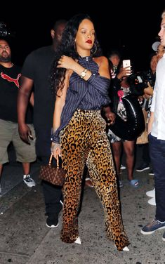 "𝐯𝐚𝐥 on Twitter: ""thread: 𝙘𝙝𝙤𝙤𝙨𝙚 𝙤𝙣𝙚 𝙍𝙞𝙝𝙖𝙣𝙣𝙖 𝙤𝙪𝙩𝙛𝙞𝙩 ✨"" / Twitter Looks Rihanna, Rihanna Riri, Daily Fashion, Fashion News, Women's Fashion, Rihanna Street Style, Fashion Pants, Fashion Outfits, Rihanna Outfits"