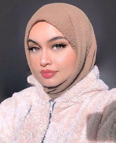Crystal high gloss on 💋 the perfect everyday gloss ✨ Tokyo Street Fashion, Street Hijab Fashion, Muslim Fashion, Fashion 2020, Grunge Style, Soft Grunge, Hijabi Girl, Girl Hijab, Grunge Outfits