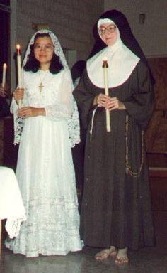 Clarissas Coletinas - Postulante antes da cerimónia de tomada de hábito, com traje nupcial, acompanhada pela mestra.