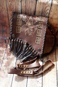 Купить или заказать Небольшая кожаная сумка 'Воин' в интернет-магазине на Ярмарке Мастеров. Небольшая кожаная мужская сумка, внутри по задней стенке карман. Можно носить на плече и на поясе (крепления сменные) Роспись и пирография штука очень стойкая, проверено использованием собственных сумок.