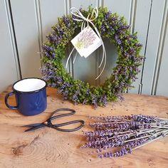 Lavendelkrans med kort med lavendelmotiv, en trevlig ge bortpresent. Emalj muggen finns i butik i flera färger. #humleboinredning#humlebo#inredning#trädgård#have#krans#wreath#blomsterdekoration#emalj#emalmugg#lantligt#butikpålandet#uppsala#almunge#lavendel#blomster#flower#blommor#