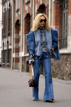 Attendees at Paris Fashion Week Fall 2020 - Street Fashion Autumn Street Style, Street Style Looks, Catwalks, Cool Street Fashion, Runway Fashion, Paris Fashion, Fashion Photo, Bell Bottom Jeans, Denim Jeans