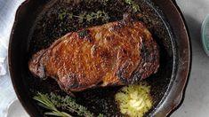 Πώς να μαγειρέψετε τέλεια χοιρινές μπριζόλες στο τηγάνι Cast Iron Skillet Steak, Oven Roasted Salmon, Leafy Salad, Easy Steak Recipes, 7 Day Meal Plan, Juicy Steak, Dinner Entrees, How To Cook Steak, Keto Diet For Beginners