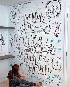 Lettering,brushlettering e handlettering pela artista Lettering, brushlettering and handlettering by Doodle Wall, Chalkboard Lettering, Lettering Tutorial, Letter Wall, Blackboards, Mandala Art, Room Decor Bedroom, Vinyl Decals, Wallpaper