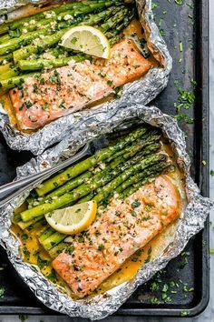 Salmon and Asparagus Foil Packs with Garlic Lemon Butter Sauce - - Whip up something quick and delicious tonight! - by recipes salmon baked Salmon and Asparagus Foil Packs with Garlic Lemon Butter Sauce Delicious Salmon Recipes, Yummy Food, Baked Salmon Recipes, Grilled Asparagus Recipes, Salmon Meals, Asparagus Recipe Stove, Shrimp Meals, Grilled Food, Salmon Dinner
