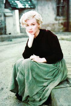 Marilyn Monroe portant un maquillage discret. Léger trait d'eye-liner pour rehausser le regard // Bouche et blush dans les tons abricot. Marilyn Monroe photographed by Milton Greene, 1954