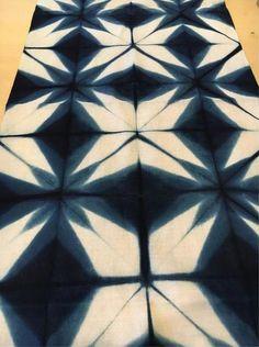Fabric Dyeing Techniques, Tie Dye Techniques, Shibori Fabric, Shibori Tie Dye, Tie Dye Crafts, Diy And Crafts, Tie Dye Bedding, Fibre And Fabric, Japanese Textiles