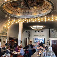 Café Paris de Hamburgo! Abre as 9hs para café da manhã, chegue cedo pra conseguir um lugar ou vai precisar esperar pois o lugar é bem pequeno e muito concorrido! #hamburgo #alemanha #hamburg #deutschland 🇩🇪🇩🇪🇩🇪 1, Paris, Concert, Instagram, Destinations, Places, Montmartre Paris, Paris France, Concerts