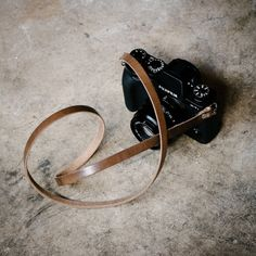 Handmade with Horween Chromexcel which has that broken-in vintage feel. It makes carrying the camera feel amazingly comfortable and effortless. ———  Specifications Leather: Horween Chromexcel Thickness: 6/7oz (2.8mm) Width: 10cm Fixed Length: 36-52  ———