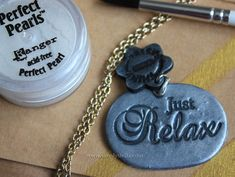 """Learn to make faux """"metal"""" charms with this easy DIY video-tutorial ! All you need is polymer clay and mica powders. (In Italian)"""