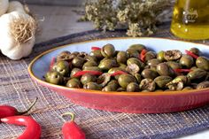 Le olive schiacciate sono un tipico contorno del Sud Italia, saporito e sfizioso, da gustare anche con fette di pane casereccio.