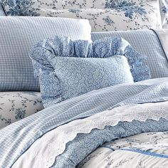 Bedroom Design Ideas – Create Your Own Private Sanctuary Blue Bedroom Decor, Pretty Bedroom, Shabby Chic Bedrooms, Guest Bedrooms, Bed Linen Inspiration, Blue And White Fabric, White Cottage, Blue Bedding, White Decor