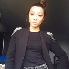 Monday workoutfit black T-shirt and highwaist jeans with mj jacket