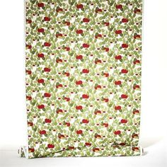 The Apple oilcloth with lovely red apples and green leaves on white base comes from the Swedish company Almedahls. A colorful oilcloth for the summer table!