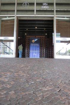 Banner da empresa centralizado bem na entrada do evento em que participamos na UERJ.