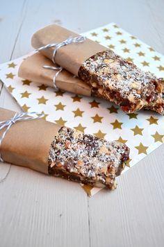 Gezonde snack: Dadel – Noten reep met Chia zaad Ingrediënten voor 6 bars 200 gr stevige dadels zonder pit 50 gr ongezouten amandelen 3 el chiazaad 50 gr kokos