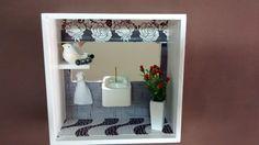 Quadro de banheiro ou lavabo, feito em madeira MDF, pintado com tinta PVA, miniatura de mdf pintada e envernizada, espelho, bijú,tecidos, diversos papéis,flores artificias, etc.