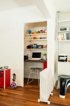 <p>階段下のスペースにカウンターを造り付けて書斎に。集中できそうな籠り感。</p>