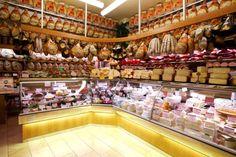 Tendencias en el diseño de charcuterías: tradición y modernidad. En el sector de la carne se ha iniciado un gran movimiento. El buen diseño de carnicerías ya es una realidad. Ahora es el turno del diseño de charcuterías y su renacer. De la tradicional tienda de barrio a las tiendas especializadas. Los tiempos cambian, las