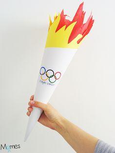 Pour un déguisement, une course relais ou simplement pour s'amuser autour de la thématique des Jeux Olympiques avec les enfants, voici comment fabriquer une flamme olympique en papier très facilement !