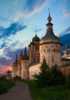 Rostov Veliky - Rostov es una de las ciudades más antiguas de Rusia y un importante centro turístico del llamado anillo de oro. Está localizada sobre las orillas del Lago Nero en el Óblast de Yaroslavl
