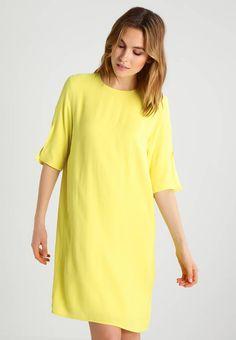 Holzweiler. LALALA  - Sommerkjole - yellow. Lengde:kort. Mønster:ensfarget. fôr:100% viskose. Passform:normal. Modellhøyde:Modellen er 180 cm høy og har på seg størrelse S. Lukking:Knapp. Vedlikeholdsråd:Kan ikke tørkes i tørketrommel,Maskin... Short Sleeve Dresses, Dresses With Sleeves, Yellow, Fashion, Scale Model, Moda, Sleeve Dresses, Fashion Styles, Gowns With Sleeves