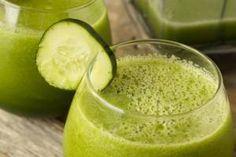 Smoothie « green » Pour 1 grand verre : - 3 pommes vertes - Quelques branches de céleri - 1 poignée d'épinards frais - 1 tasse d'eau Passez les pommes vertes à la centifugeuse, ajoutez le céleri et enfin les épinards. Ajoutez l'eau et mélangez.