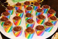 Cupcakes de banana y nuez con topping de dulce de leche y porta cupcake multicolor para el primer añito de Alvaro!! <3