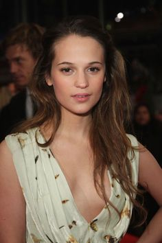 Alicia Vikander Half Up Half Down - Alicia showed off a feminine hairstyle with her long hair worn half-up, half-down.