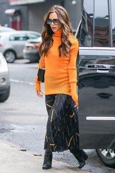 Виктория Бекхэм в свитере и юбке Victoria Beckham в Нью-Йорке - мода, красота, украшения, новости, тренды, коллекции брендов одежды, обуви и аксессуаров: все новинки в онлайн-версии журнала Vogue.