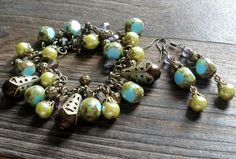 Náramok v starobylom nádychu.  Vyrobené sú z korálok s travertínovym (kameninovým) povrchom, mohutnými filigránovými kornútkami s čokoládovo-hnedými perlami, žltkastých perlí s jemnejšími filigránovými kaplíkmi a guľkami.  Náušničky vyrobené k náramku z rovnakého materiálu.  Vyrobené sú z travertínových (kameninových) korálkov, perlí a filigránových kaplíkov.  Možnosť zakúpiť aj samostatne