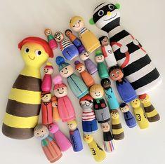 Hoe verf je peg dolls? | Klas van juf Linda Clothespin Dolls, Doll Crafts, Daisy, Blog, Margarita Flower, Daisies, Blogging