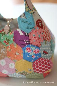 퀼트 / 손바느질 / 퀼트가방 / 핸드메이드 ] 알록달록 76조각 가방~~~ : 네이버 블로그 Patchwork Bags, Quilted Bag, Rope Basket, Adult Coloring, Purses And Bags, Applique, Coin Purse, Patches, Quilts