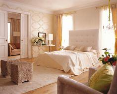 Stilvoll und elegant schlafen In diesem Schlafzimmer schläft man wie in der Luxussuite eines Grandhotels. Inmitten fein komponierter Cremetöne steht zentral das Doppelbett mit weich gepolstertem Betthaupt in XL-Format. Von der Decke hängt ein opulenter Kristalllüster aus geschliffenen Strass-Steinen. Edle Seide, verspielte Ornamente und glänzende Tapeten vollenden das Schlafgemach der Oberklasse.