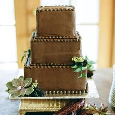 As a big chocolate lover and simply a person who has a sweet tooth, I think a chocolate wedding cake is the best idea ever. A cake made from chocolate Beautiful Wedding Cakes, Gorgeous Cakes, Amazing Cakes, Chocolate Grooms Cake, Chocolate Wedding Favors, Masculine Cake, Masculine Wedding, Square Cakes, Fashion Cakes