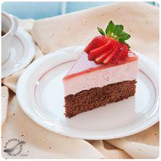 Cheesecake de fresas sobre bizcocho de chocolate (Strawberry Cheesecake on Chocolate Bundt cake). Sweet Recipes, Cake Recipes, Dessert Recipes, Desserts, Cheesecake Tarts, Strawberry Cheesecake, Chocolate Bundt Cake, Chocolate Chocolate, Bread Baking