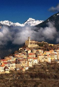 Isolated village in the French Alps - Ilonse, Provenza-Alpes-Costa Azul, France