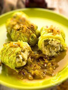 Cabbage rolls with rice and peas - Gli Involtini di cavolo verza con riso e piselli sono involtini briosi e leggeri, arricchiti con qualche dadino di saporito formaggio. #involtinidicavolo