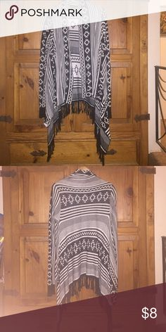 Forever 21 tribal black and white sweater Forever 21 cozy tribal black and white knit drappy sweater. Fringe on bottom. Great condition. Love this but I have too many sweaters. Forever 21 Sweaters Cardigans
