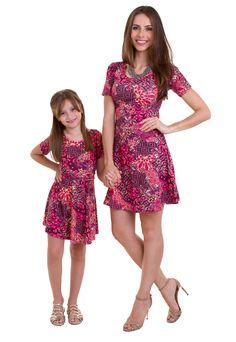 ab3cfdb4d6 O vestido infantil estampado apresenta as cores rosa