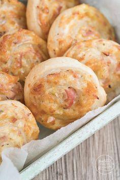 Einfaches, schnelles Rezept für pikante Blätterteigschnecken, die ein perfektes Fingerfood für Feste und Feiern ergeben. Das Rezept eignet sich sowohl für vegetarische Blätterteigschnecken als auch für solche mit Schinken oder Salami.
