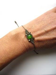 Ein süßes **Macramée-Armbändchen **mit eingearbeiteter Glasperle und Glasschliffperlchen.  Es hat einen Schiebeverschluss und kann individuell ans Handgelenk angepasst werden.  Hergestellt aus...