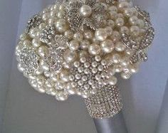 Bouquet of pearls and brooches - Charming
