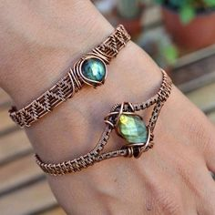 I knooow I promised you guys silver, but I was so excited when my new jewelry boxes arrived today that I couldn't wait to share these bracelets! ? The green Labradorite is the same one I shared a few posts back but immediately after I realized that my rectangular boxes were too narrow so I had to take the listing down. Boxes are here so it's back in shop now!? . ?This green Labradorite and copper bracelet is back on Etsy and still only $55! Covered with a #diyjewelry