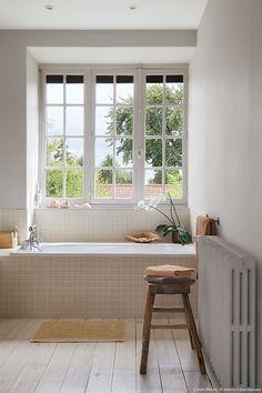 Baignoire sous fenêtre